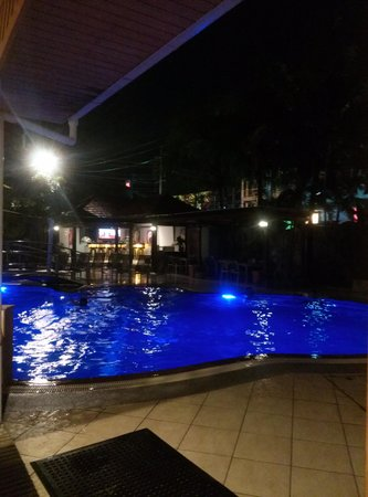 The Yorkshire Inn Hotel, Bar & Restaurant: swimming pool at night