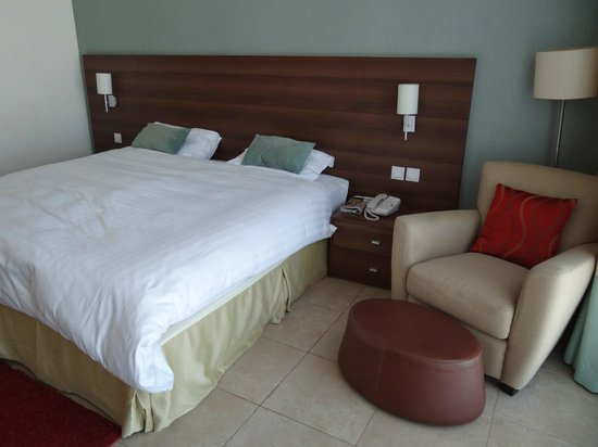 Nojoum Hotel Apartments : Master bedroom