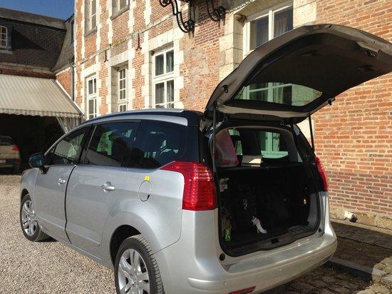 لا شاتو دإيتوجيه: Our car on the driveway - ample parking available