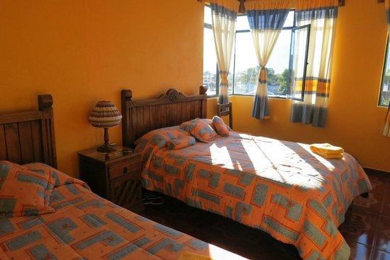 Posada Carmelita: Sunny two bed room