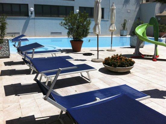 Mercure Pesaro: Pool mit Liegebereich