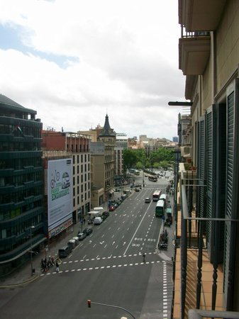 H10 Universitat Hotel: View to Placa de Universitat