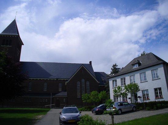 Au Nom De Dieu: Het vooraanzicht van het hotel; een mooi opgeknapte pastorie naast de kerk