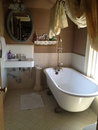 Boca del Cielo Inn: nice tub looking put to a beautiful day'nn