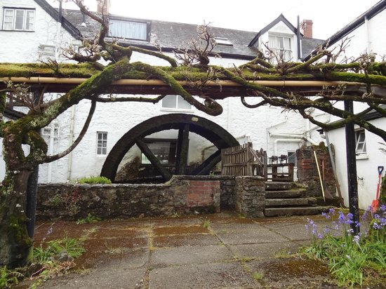Mill End Hotel: the old mill wheel