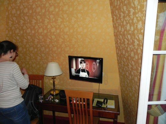 Hotel Viator - Paris Gare de Lyon : Little desk and TV with channels in English and French
