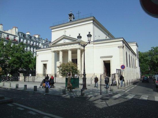 Hotel du Roi Rene : Small church just opposite hotel