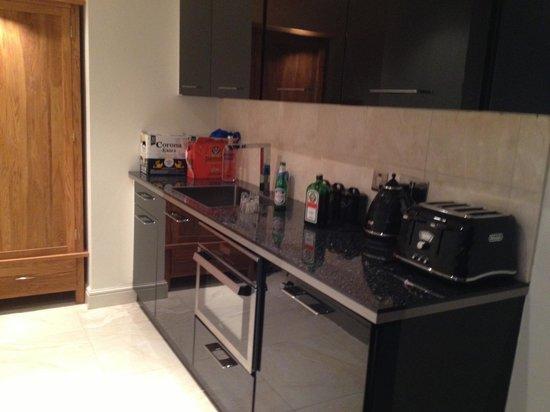 Signature Living Hotel: Kitchen