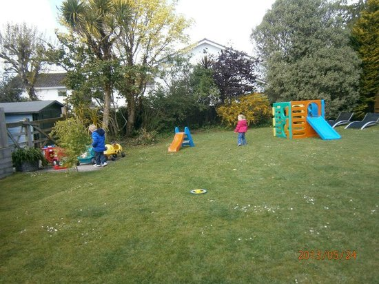 Malin House : Lovely sized gardens and toys
