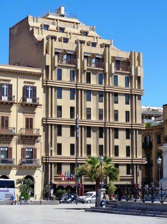 Politeama Palace Hotel: L'Hotel Politeama dalla piazza omonima.