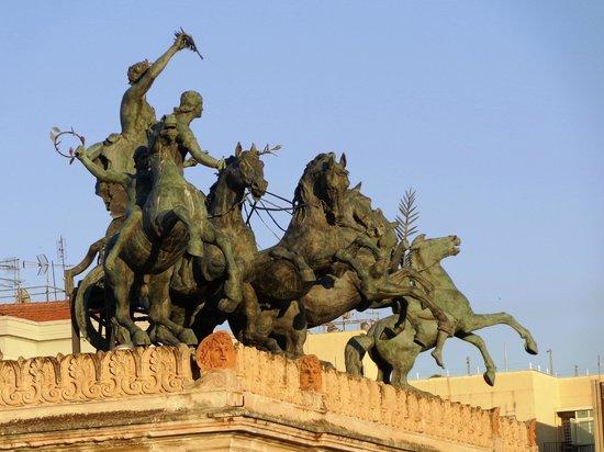 Politeama Palace Hotel: Quadriga e statue equestri al tramonto.