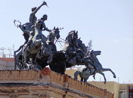 Politeama Palace Hotel: Quadriga e statue equestri al mattino.