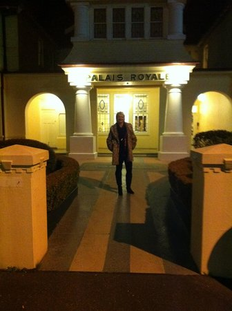 Palais Royale Boutique Hotel: At night