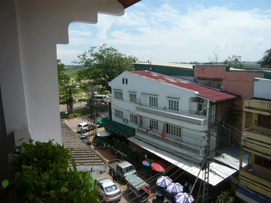 Best Western Vientiane Hotel: The Mekong is to the left