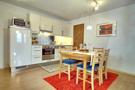 Pension Berganemone: Appartement Küche und Essbereich