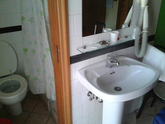 Hotel Europeo & Flowers: pequeño baño pero limpio