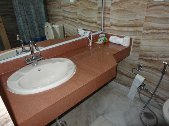 Hotel Aketa: Very poor and shaby wash basin and table