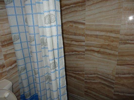Hotel Aketa: Very pporly equiped bathroom. No bath tub