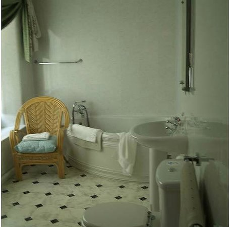 Westberry Hotel: On suite bathroom for room 5