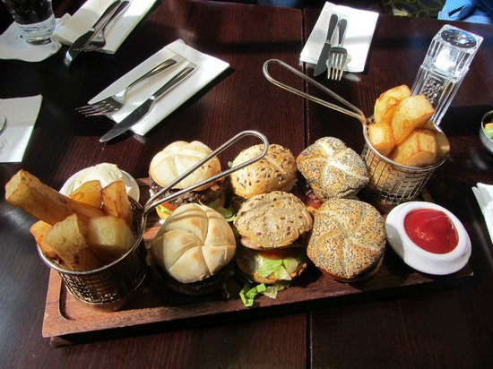 London Bridge Hotel: burger platter