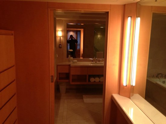 Viceroy L'Ermitage Beverly Hills: DRESSING ROOM AND BATHROOM