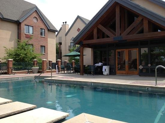 Hawthorn Suites by Wyndham Overland Park: Pool & Clubhouse