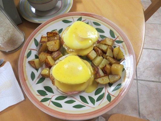 Mangiamo Market & Delicatessen: Eggs Benedict