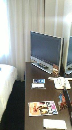 APA Hotel Osaka Higobashi Ekimae: デスク周辺