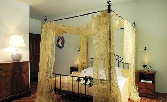 Montemaggiore Wine&Countryhouses: Suite in villa stroncoli