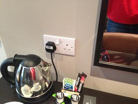The Ranald Hotel : plug at mirror