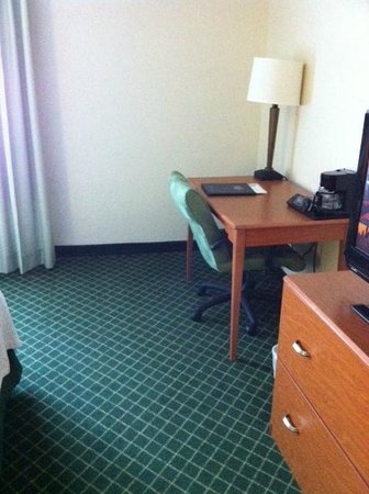 Fairfield Inn & Suites Atlanta Vinings: room with old furniture and carpets