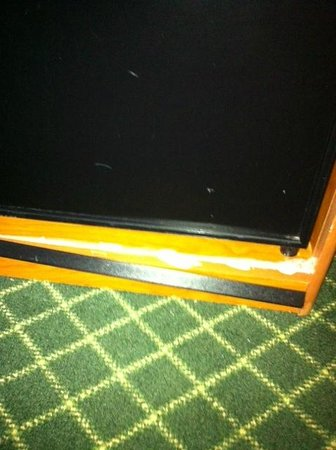 Fairfield Inn & Suites Atlanta Vinings : Broken furniture held togetehr with glue
