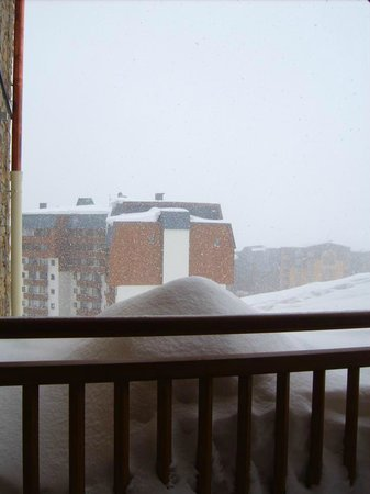 Residence Les Balcons de Val Thorens: View from ground floor bedroom. Straight out to the snow!
