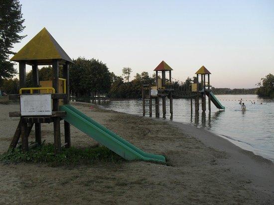Camping La Plaine Tonique: Le lac et les toboggans