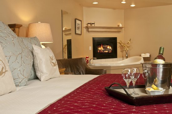 Inn on the Creek: King Jacuzzi Fireplace