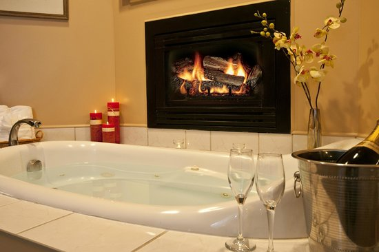 Inn on the Creek: Ensuite Jacuzzi and Fireplace