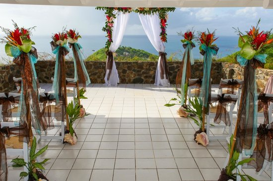 Windjammer Landing Villa Beach Resort: ceremony space - beautiful decorations and views