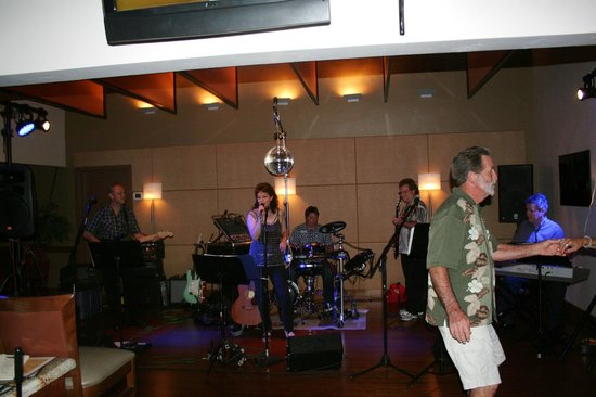 The Oaks Grill & Par Lounge: Complimentary live entertainment for your listening and or dancing pleasure