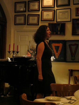 Cafe Giovanni: Singing