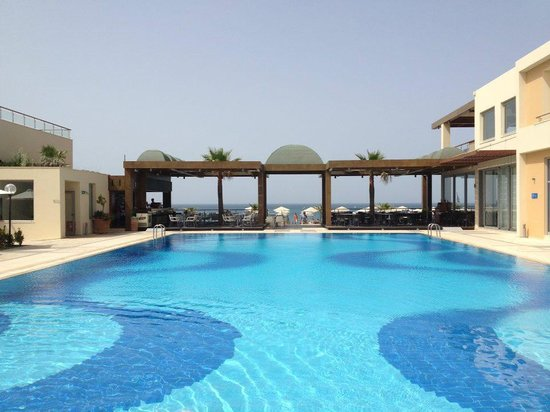 Minoa Palace Resort & Spa: over the pool to the sea