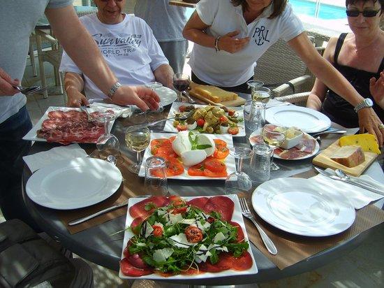 """Hotel Acqua Dolce: Un """"petit"""" repas froid improvisé à notre arrivée"""