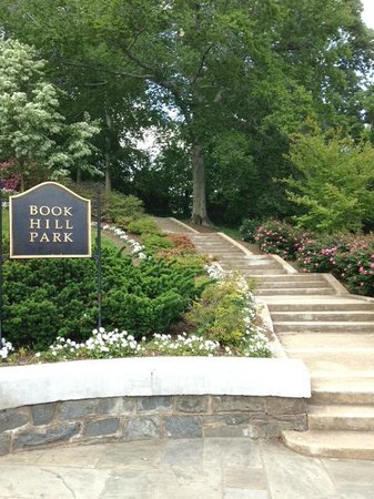 Holiday Inn Washington - Georgetown: Small park near library down the street