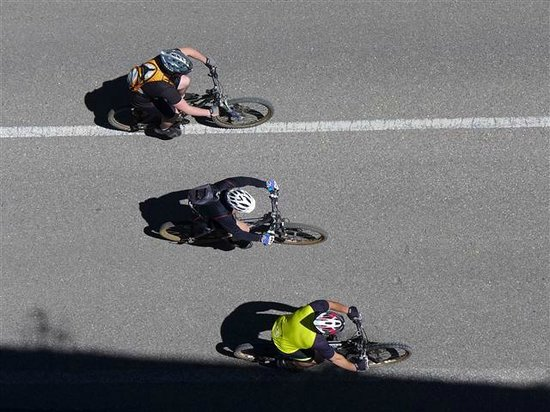 Pegoes Aqueduct: cyclists on road below