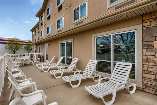 Comfort Inn: Relax on our outside patio