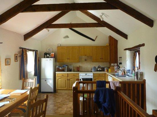 Tregolls Farm Holidays: Kitchen of Honeysuckle cottage