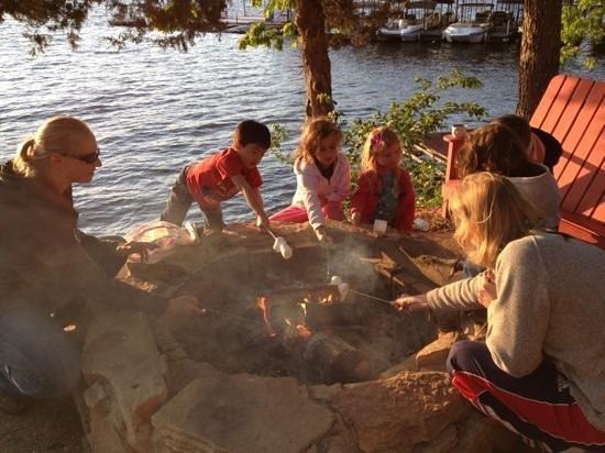 Val-E-Vue Resort: kids having fun by the fire