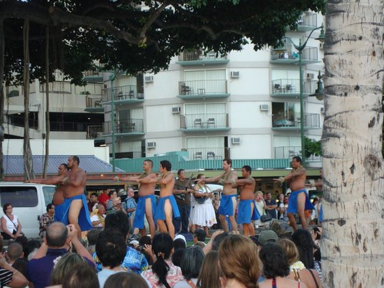 Waikiki Central Hotel: free show at the beach down the streert
