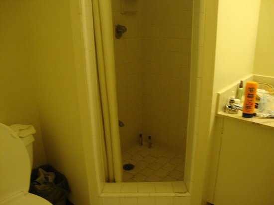 Waikiki Central Hotel: room 605 bathroom