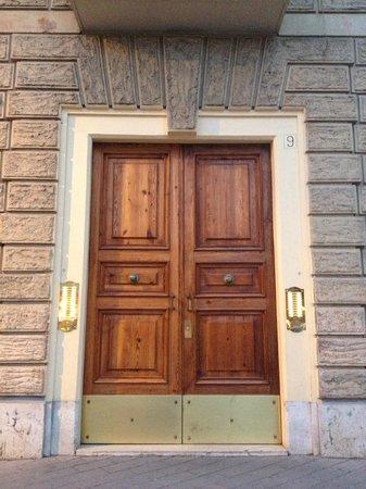 Domus Mazzini B&B : entrance to Domus Mazzini