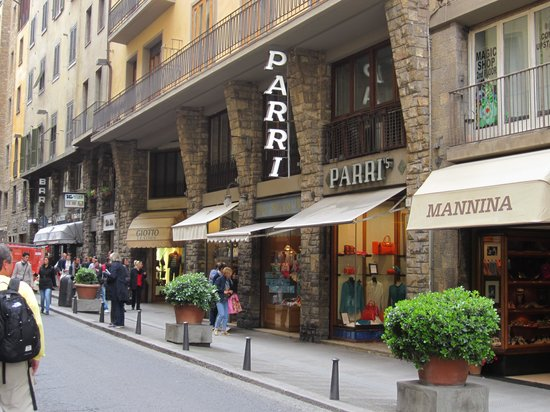B&B La Gradiva: Entrance is on the right just past the Parri sign